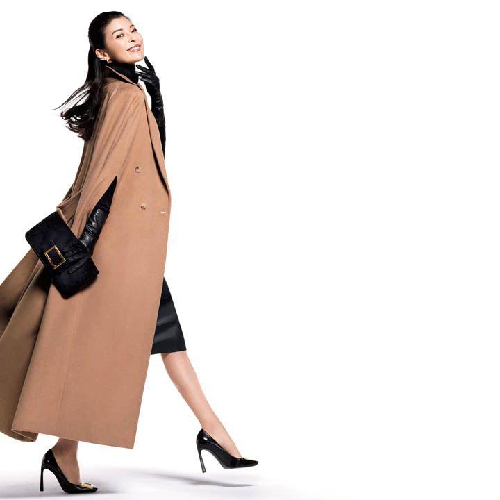 【5】黒パンプス×黒スカートを女っぷりよく着こなす