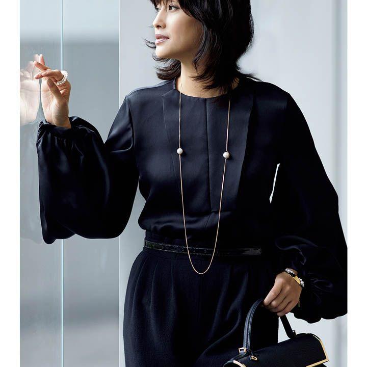 黒パンツ×ボリューム袖ブラウス