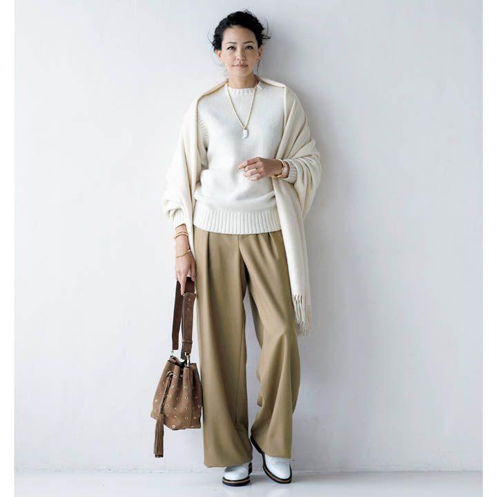 【2】オフホワイトのセーター×ベージュのワイドパンツで大人のかっこよさを