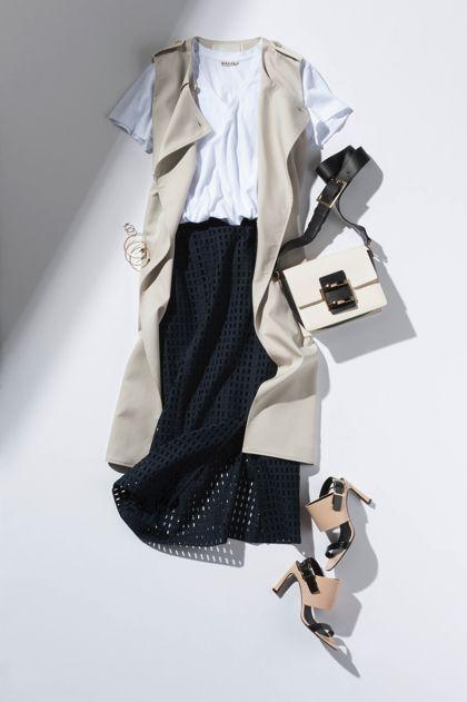 【8】白Tシャツ×黒スカート×ジレ