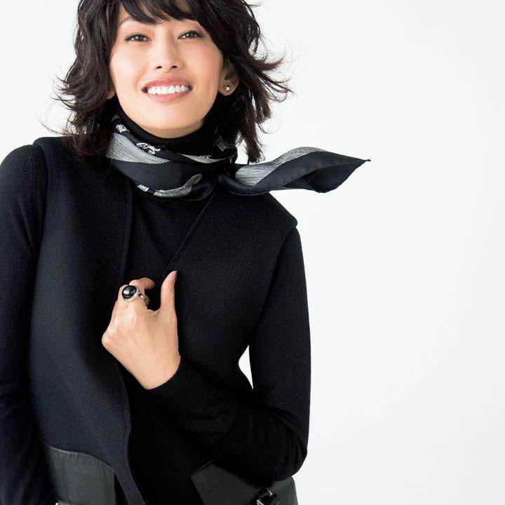 黒ニット×黒ジャケット×スカーフ