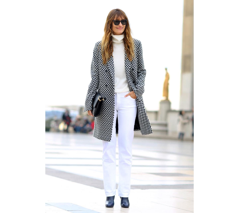 【2】白デニムパンツ×セーター×コート