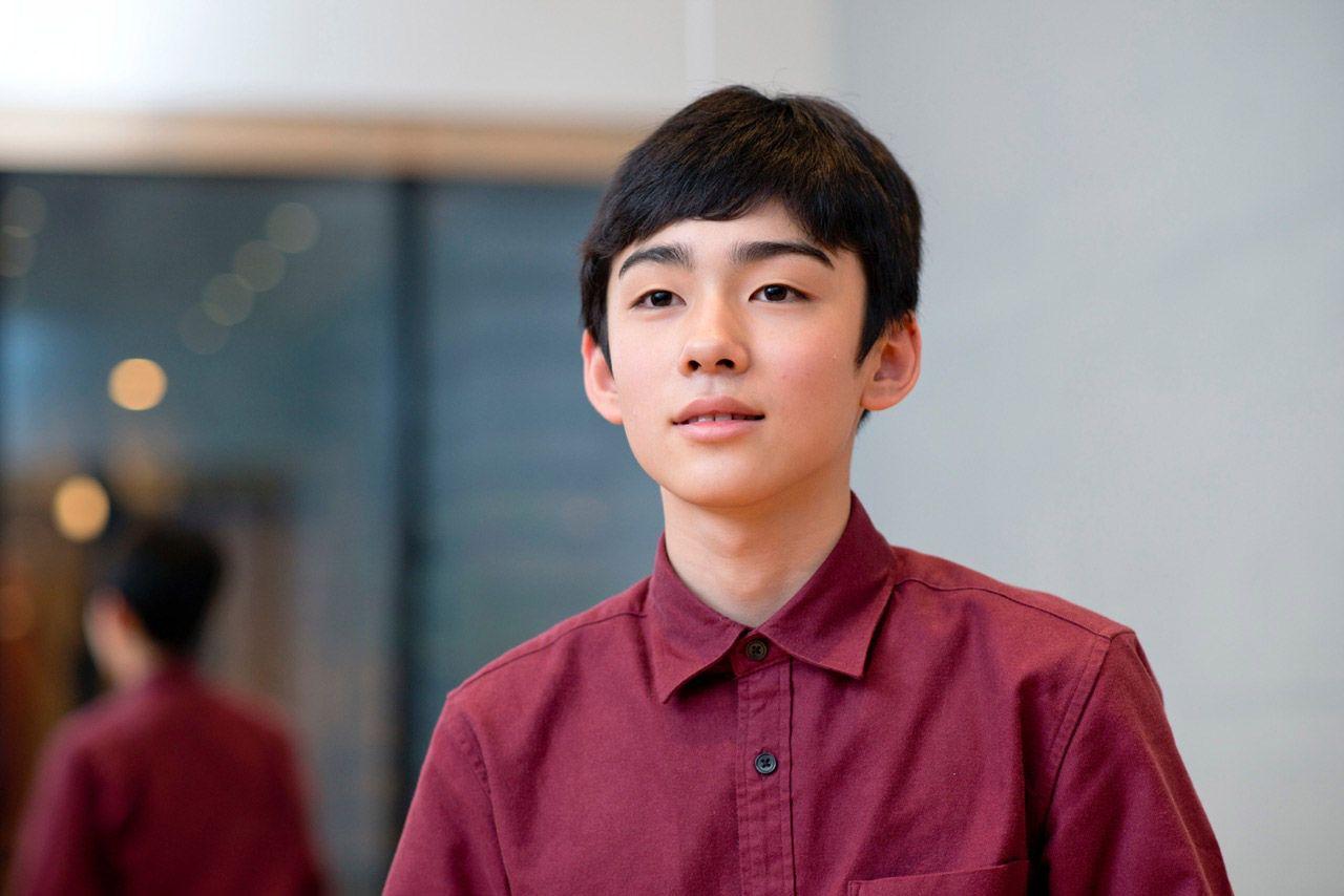 シャツ姿で遠くを見つめる八代目市川染五郎のかっこいい画像