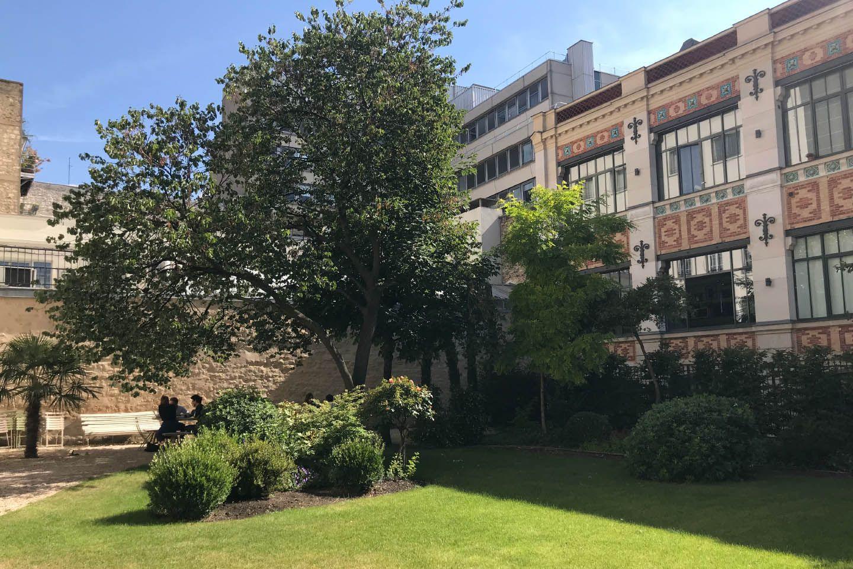 裏庭に出ると、かつての印刷工場が隣接しているのが見える。これは、オテル・ド・ブリエンヌの元の所有者のひとりで、文豪オノレ・ド・バルザックが創設した印刷所を継承した人物が建てたものだそうだ。