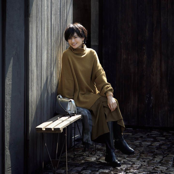 【2】カーキ色のタートルネック×スカート
