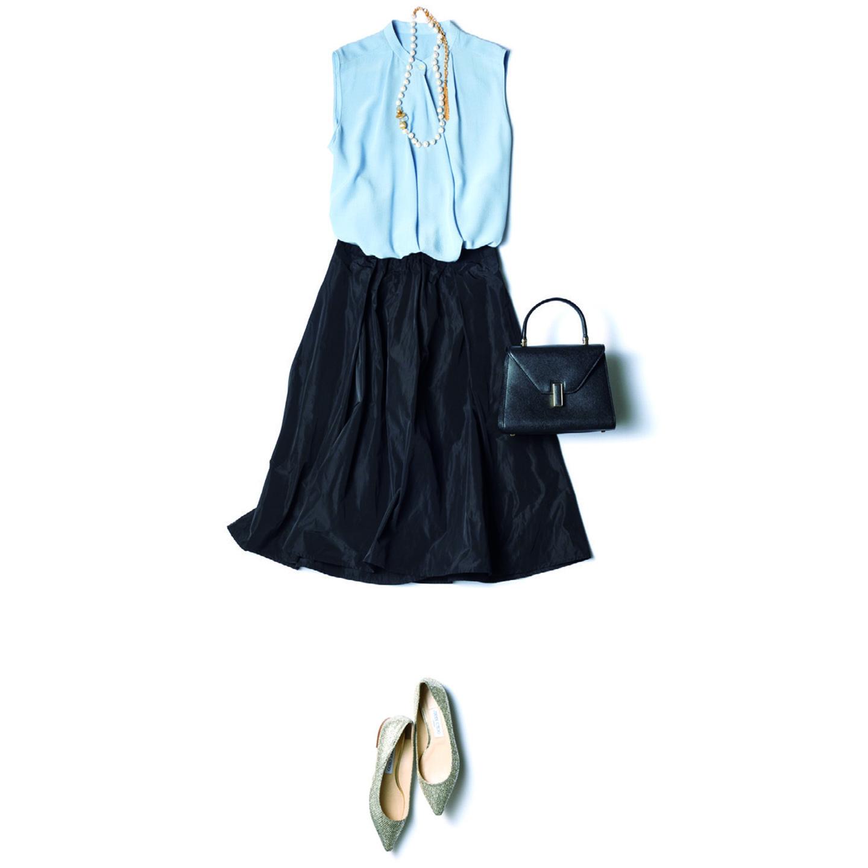 ライトブルーのノースリーブブラウス×黒のフレアスカート