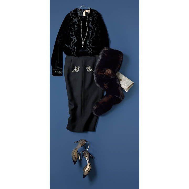 【3】黒の艶ブラウス×黒スカートでオールブラックを優美に着こなす