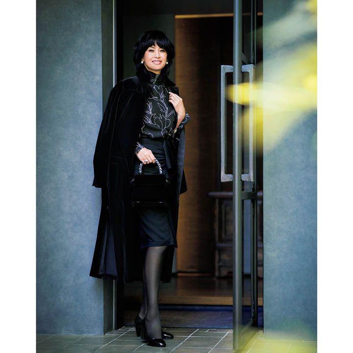 【1】ベロアのコート×黒スカートでフォーマルな着こなし