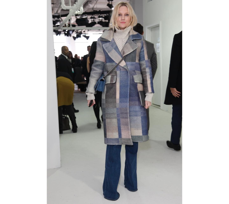 ニュアンスカラーのコートとデニムで洗練美人に