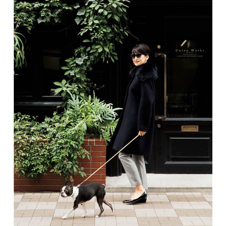 【4】細身グレーパンツ×ブラックAラインコートで洗練されたスタイルに