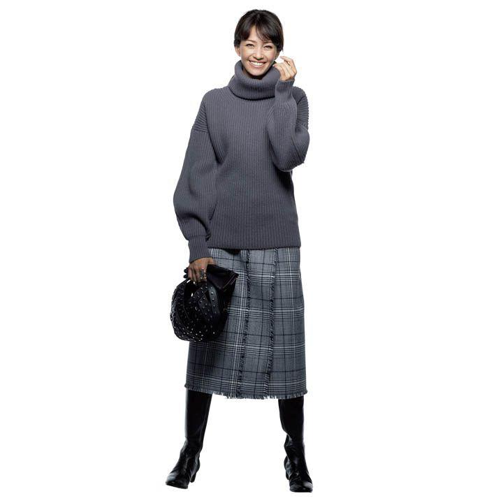 【5】チェック柄のスカートをグレーで着こなす