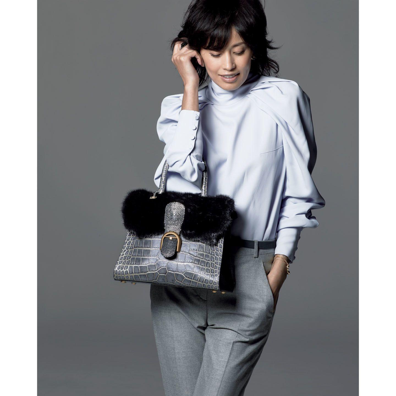 【3】デルヴォーのハンドバッグをシンプル服に合わせる