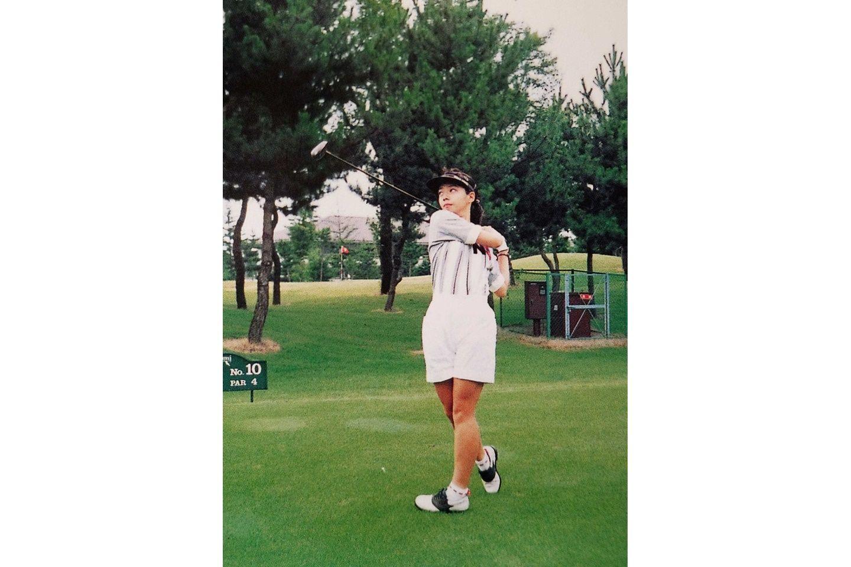 ゴルフ場でスイングをしている大西さん