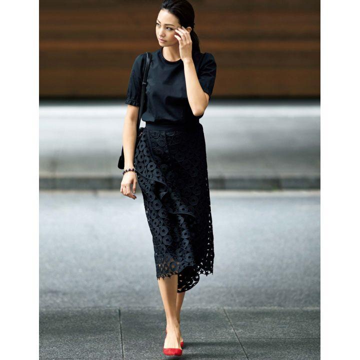 モードな抜け感を授ける旬のアイレットレースドラマティックなスカートを