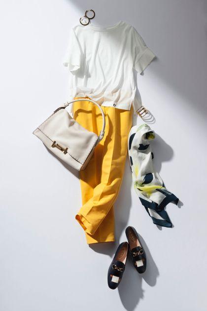 【7】白Tシャツ×イエローパンツ×ストール
