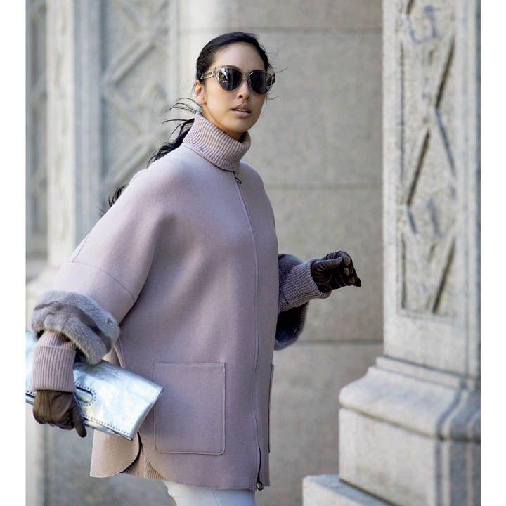 【1】スモーキーピンクのノーカラーコートでリッチカジュアル