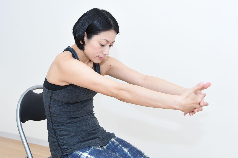 ■両腕を前後に伸ばして肩胛骨を寄せる