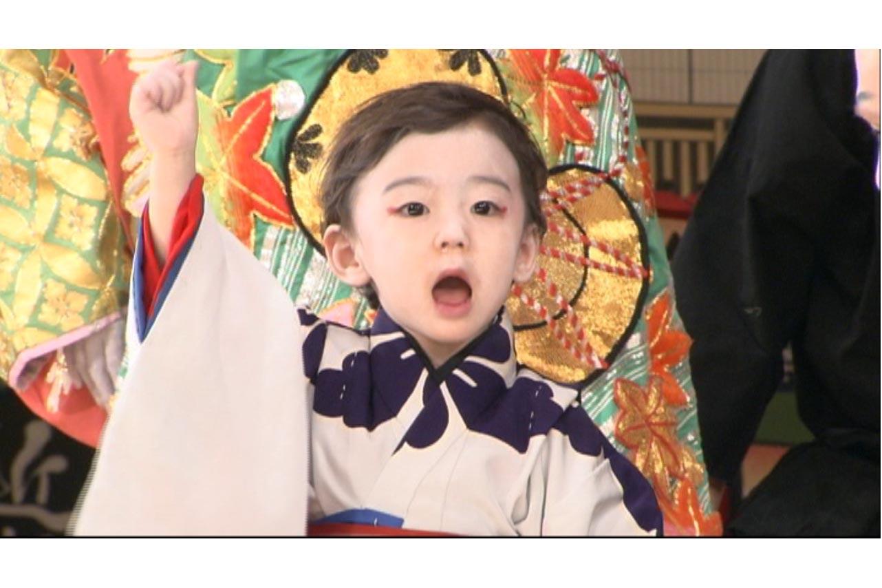 こぶしを振り上げセリフを口にする幼き八代目市川染五郎のかっこいい画像